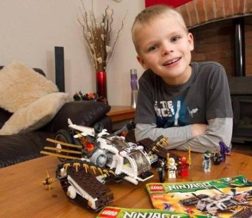 Luka Apps com seu novo kit Lego