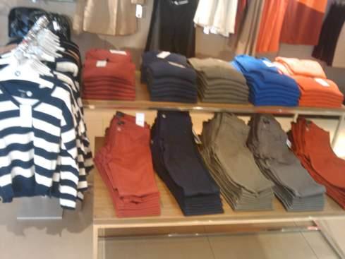 calças coloridas e blusas de lã por 40 e 23 dólares