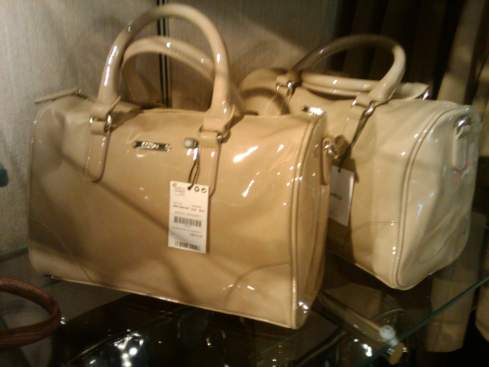 a média de preço das bolsas é 80 dólares, são lindíssimas