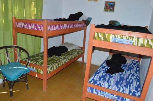 Os quartos, têm uma decoração bem bonitinha nas paredes com discos e pôsteres!