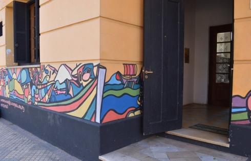 Esses murais existem em várias partes da cidade, e a dona do hostel, a Carol, ofereceu a parede dela para os artistas, adorei a iniciativa!