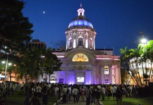 Esse é o Panteon de Los Heróes (eu participei de uma manifestação lá)