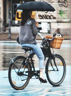 Habilidade, pedalar usando salto alto e segurando um guarda-chuva é só para quem tem habilidade, meus caros